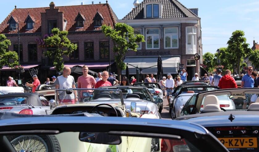 De bijzondere auto's trekken elk jaar veel bekijks op de Markt in Schagen.