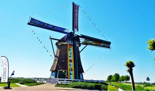 De molen is vanwege het jubileum feestelijk getooid.