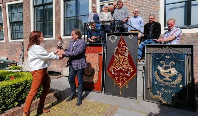Leden van de Koninklijke Zangvereniging Sappho droegen drie historische vaandels over aan het Westfries Museum.