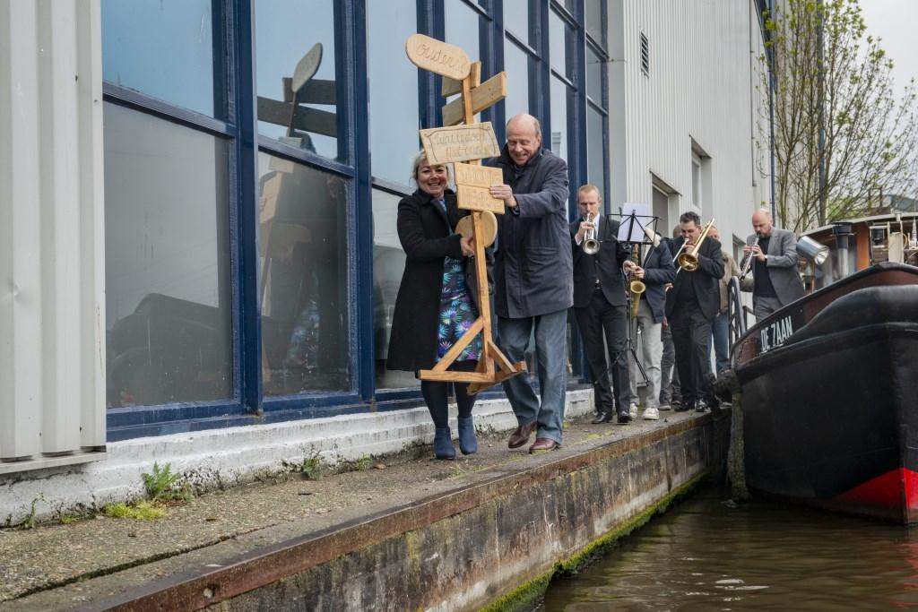 Wethouder Munnikendam en eigenaar Van Aardenne van Verpakkingsbedrijf Hellema geven startsein voor nieuwe broedplaats.