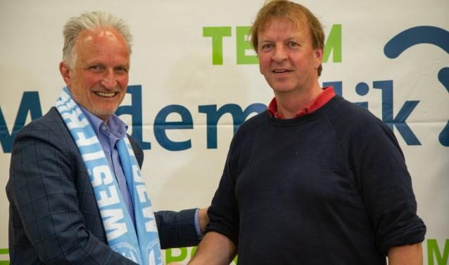 Voorzitter Van Eijk bezegeld de afspraak met Pieter Kok van TEAM Medemblik.