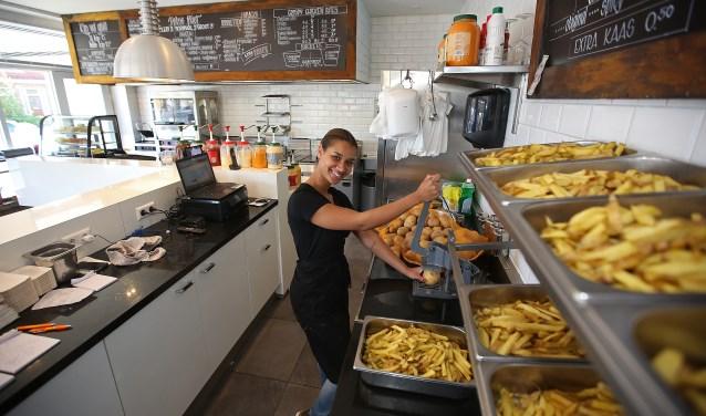 Medewerkster Igone voorziet de klant van heerlijke friet.