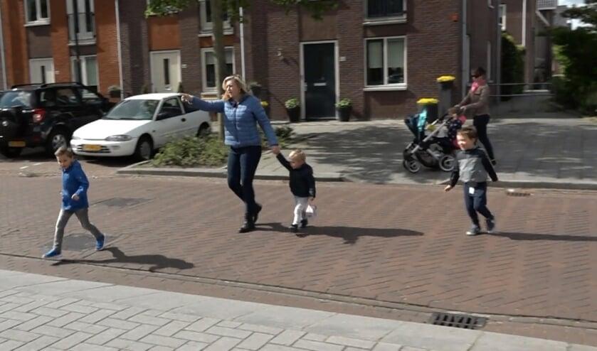 Doriande Goedhart probeert de Meeuwenstraat veilig over te steken met haar kinderen.