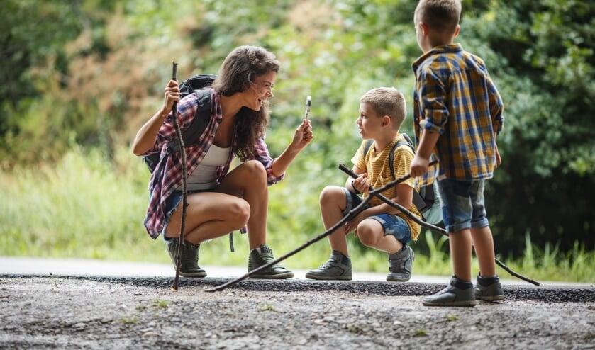De leerlingen leren van alles over de natuur tijdens de wandeling met Bomendag in Hoogwoud.