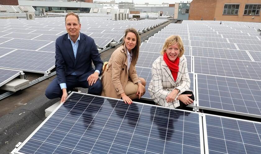Vlnr. Duco Beltman (Wereldhave), Doris Slegtenhorst (Wereldhave) en wethouder Monique Stam bij de zonnepanelen op het dak van Middenwaard.