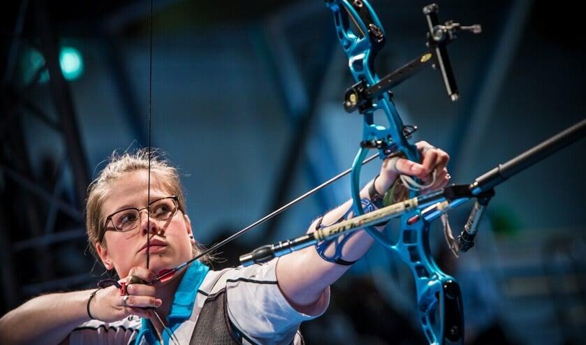 Sietske Visser uiterst geconcentreerd tijdens het NK Indoor. Zij behaalde daar de eerste plaats.
