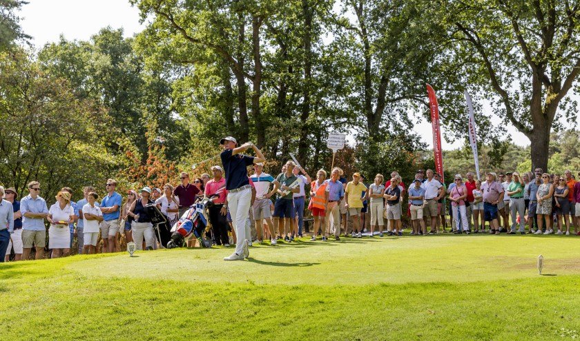 Drukte tijdens het Dutch Junior Open als Kiet van der Weele afslaat.