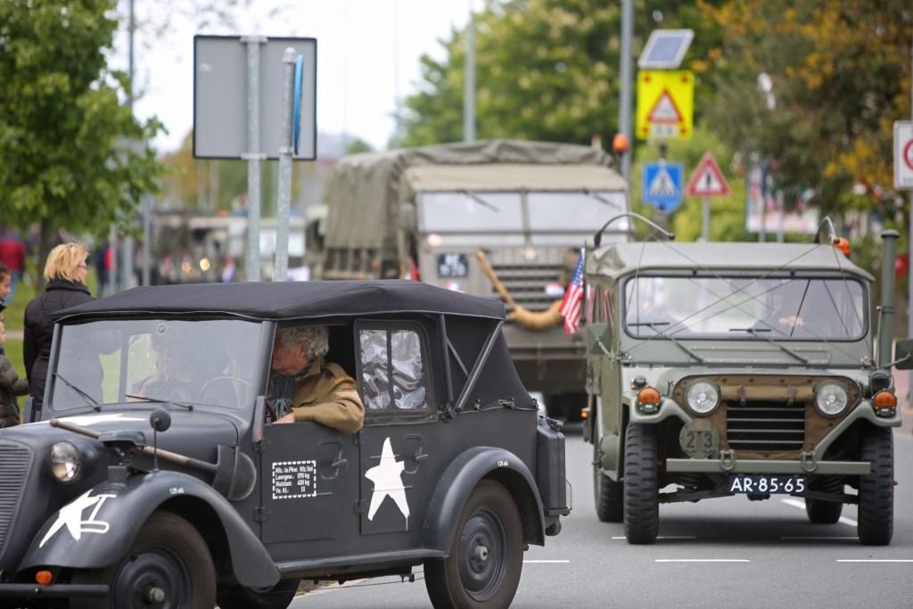Een colonne van 56 oude militaire voertuigen rijdt door Haarlemmermeer.  (Foto: Rowin van Diest) © rodi