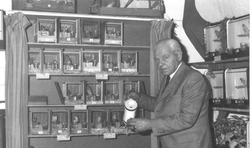 De heer Zandwijk,lid van de Kamerzanger in 1974.
