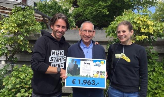 Van links naar rechts: Johan Snoodijk (fietser van de actie), Fred Rill (secretaris Hart voor CF), Sarah Smit (Cystic Fibrosis patiënte).