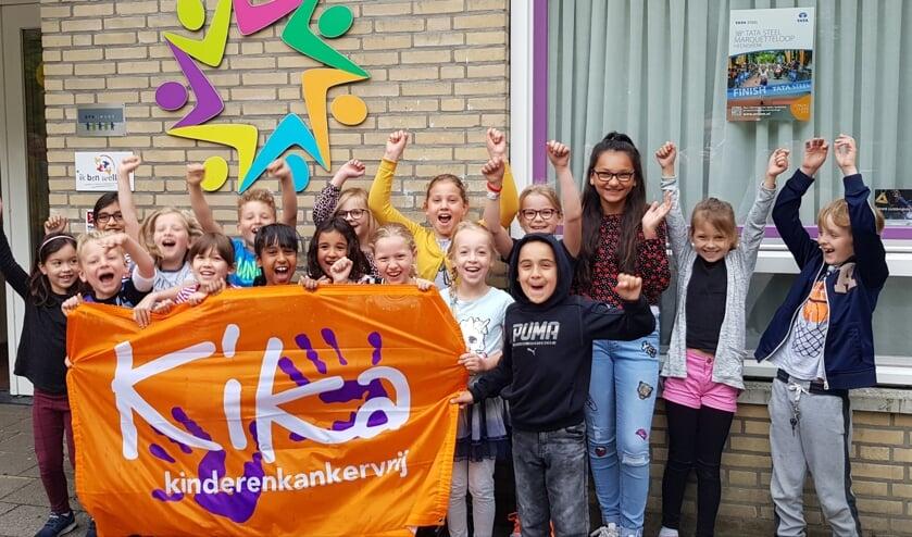 Chayenne van Breemen (derde van rechts) tussen de schoolkinderen uit de groep van haar broertje Jayden.