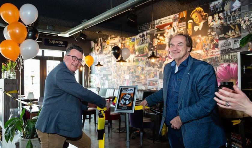 Wethouder Mario Hegger (links) gaf het startsein. Rechts Kees Hoogstraten van  HAK Purmerend (rechts) vertelde over zijn samenwerking met het Werkcafé.