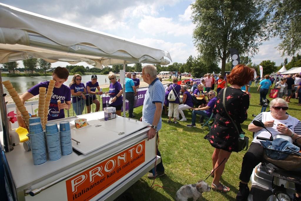 Zowel deelnemers als publiek worden getrakteerd op een ijsje.  (Foto: Rowin van Diest) © rodi