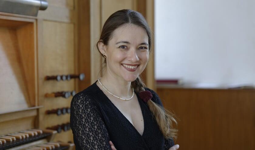 Lidia bespeelt zowel het orgel als de vleugel.