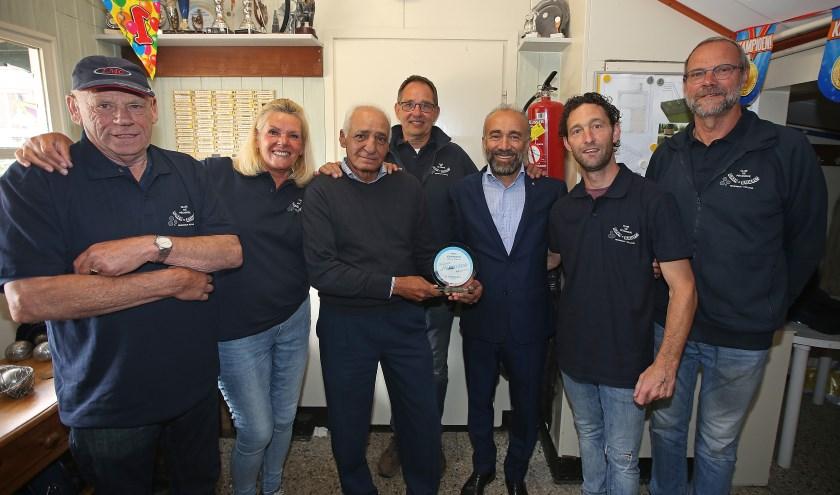 Wethouder Erol (derde van rechts) samen met de mensen van Elza Boules.