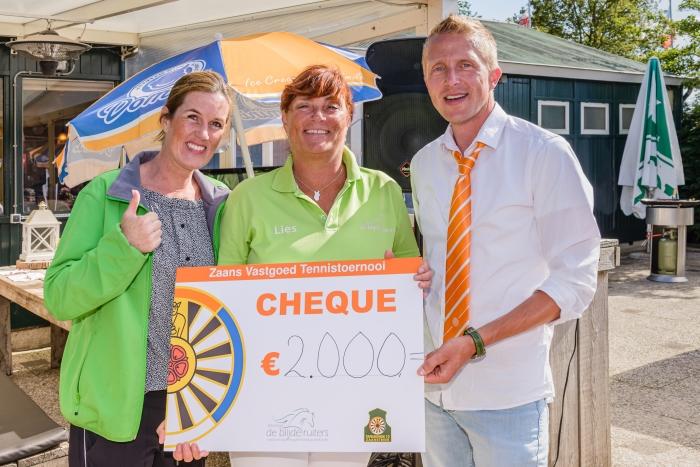 Instructeurs Maartje en Lies van manege De Blijde Ruiters ontvangen een cheque van 2.000 euro van Dirk Woord, voorzitter van Tafelronde 12 Zaanstreek.