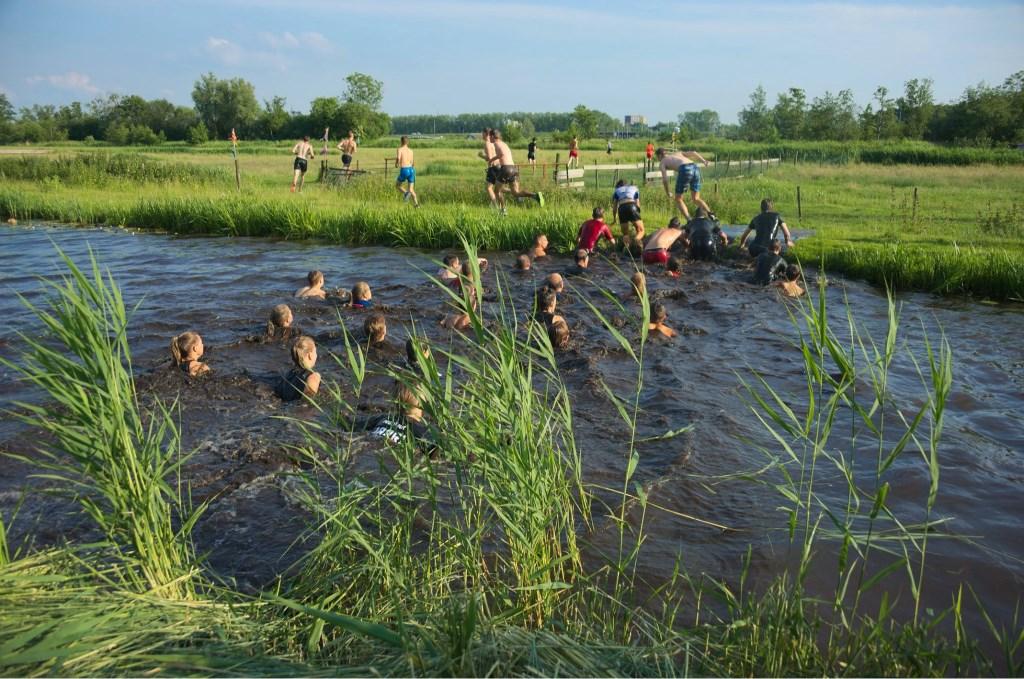 Ook het water werd niet geschuwd door de deelnemers. (Foto: Rudolf Reeker                       ) © rodi