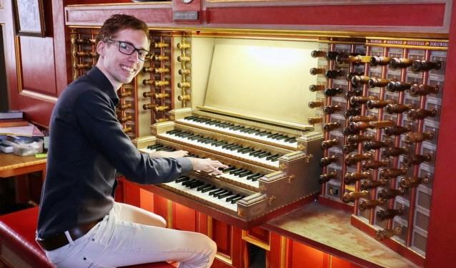 Gert van Hoef aan het orgel.