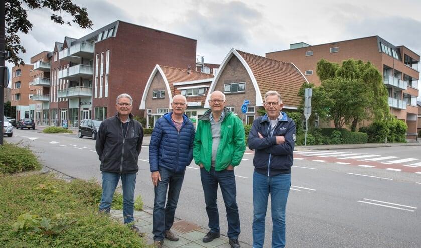 Vrijwilligers Roland Soumokil, Hans Kaptein, Nico Konijn en Jan Insing in de befaamde bocht Middenweg-Bickerstraat.