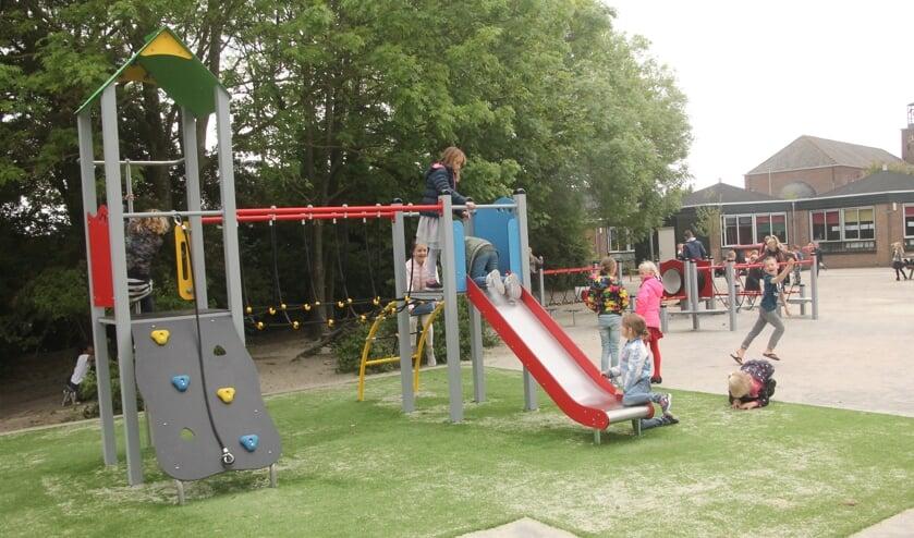 Spelende kinderen op de nieuwe speeltoestellen van Jozefschool in Venhuizen.