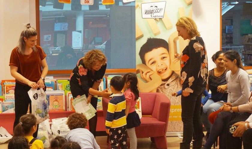 De kinderen die hebben meegedaan aan de VoorleesExpress ontvangen hun diploma.