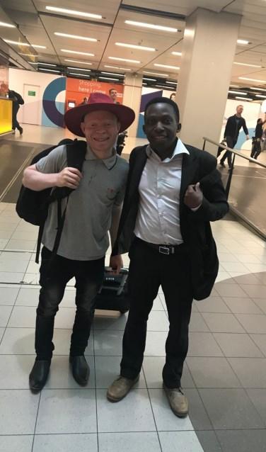 Gilbert Andrew uit Tanzania (links)