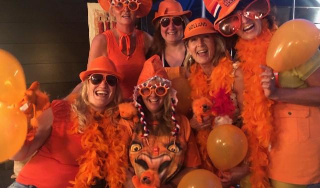 Afra, Anita, Carla, Eray, Jacqueline en Petra zitten dinsdag 25 juni klaar voor de wedstrijd Nederland-Japan.