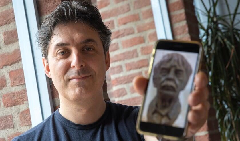 Fabio Ravisani met zijn kunstwerk dat in Slot Zeist is bewonderen van 1 september tot en met 17 novermber.