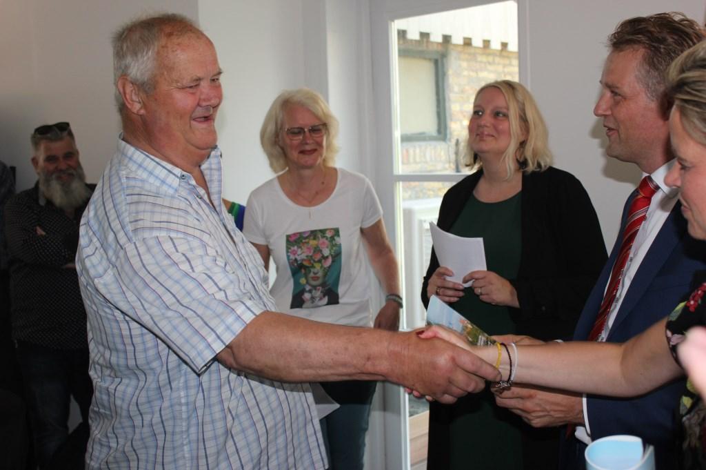 Hero Stam overhandigde wethouder Nederpelt en Maaike Steltenpool het magazine. Initiatiefnemers Gerda Kaarsemaker en Corona Rentenaar  kijken het geheel aan. (Foto: aangeleverd) © rodi
