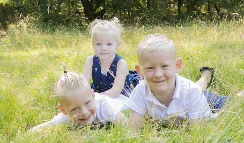 Nina (achter) met haar broers.
