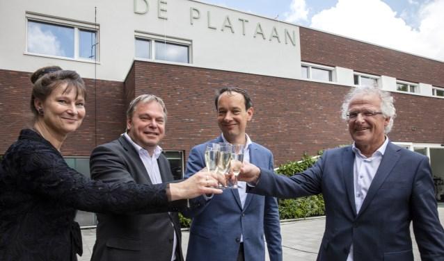 Proosten op de naam van het duurzame kantoorpand 'DePlataan' vlnr: Marjan Minnesma (Urgenda), Rob Opdam (Gemeente Heiloo),Ernest Briët (Landschap Noord-Holland), Dick Tromp (Kennemer Wonen)