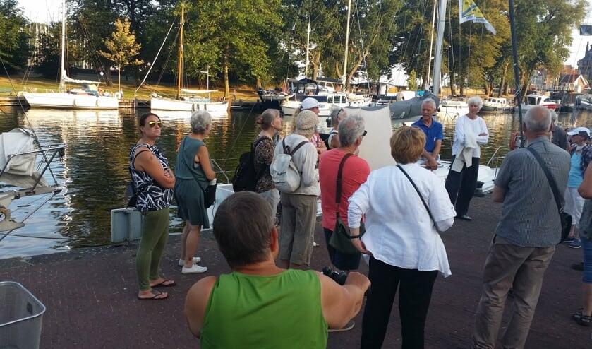 Oud Hoorn verzorgt een historische rondleiding in het havengebied.