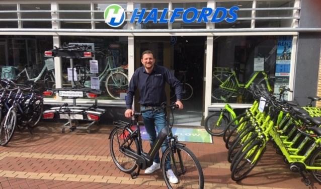 Ralph Artz van Halfords met de Hercules E-bike voor zijn winkel in de Keizerstraat.