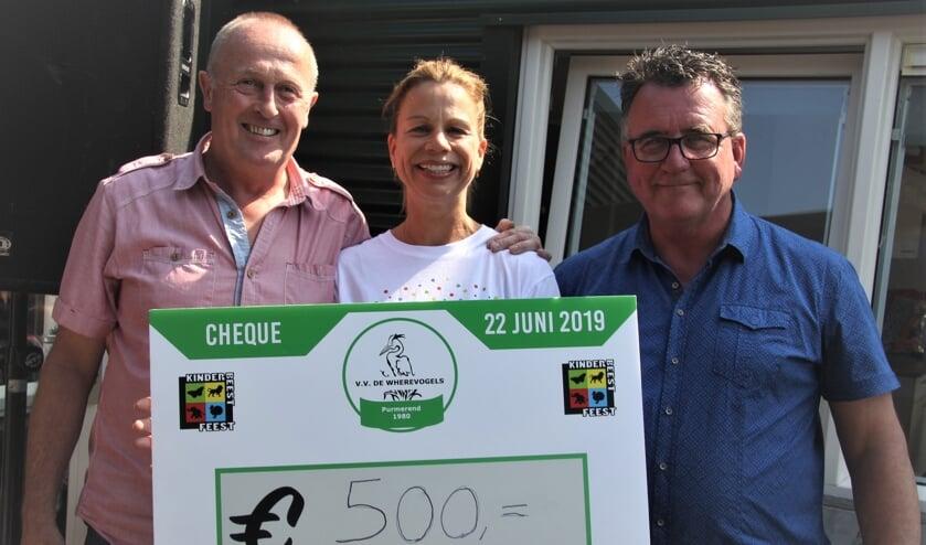 Wethouder Mario Hegger overhandigt de cheques aan stichting KinderBeestFeest