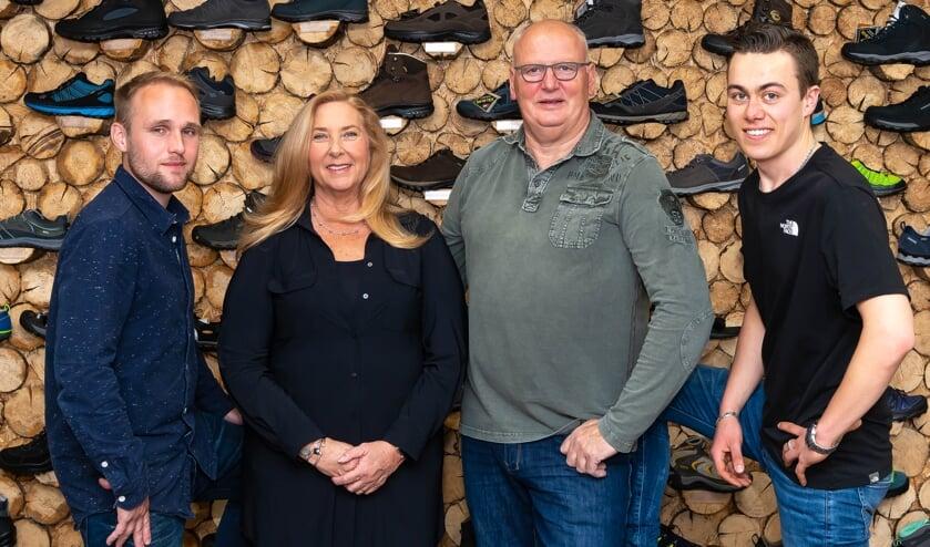 Het vaste team van de speciaalzaak. Met centraal Linda en Joop Bakker. Zij worden geflankeerd door Patrick en Sven.