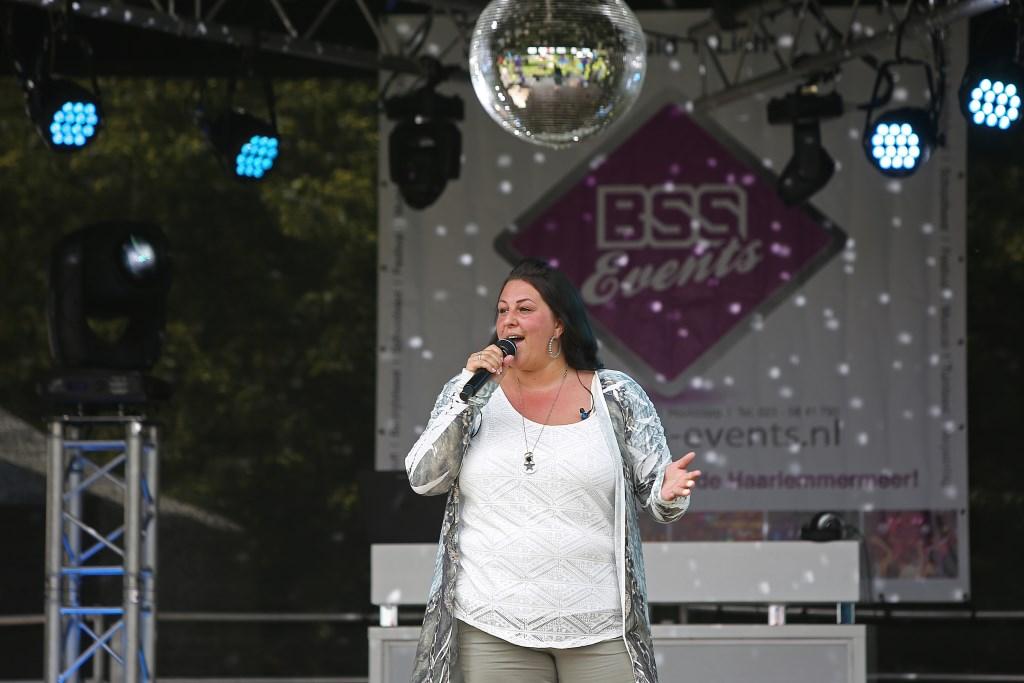 De zangeres Samentha Olierook verzorgt een optreden.  (Foto: Rowin van Diest) © rodi