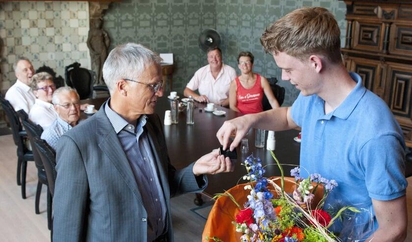 Op uitnodiging van wethouder Dijkman kwam Van Etten afgelopen maandag met familieleden naar het stadhuis om daar te worden gehuldigd.