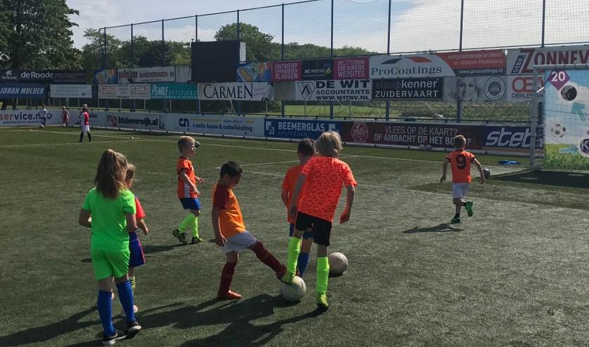 De kinderen zijn prima bezig op sportpark de Vlotter.