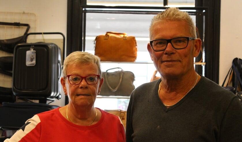 Nel en Kees Haakman, de lederwarenwinkel blijft voorlopig open. Voor schoenreparaties moeten klanten buiten Medemblik zijn.
