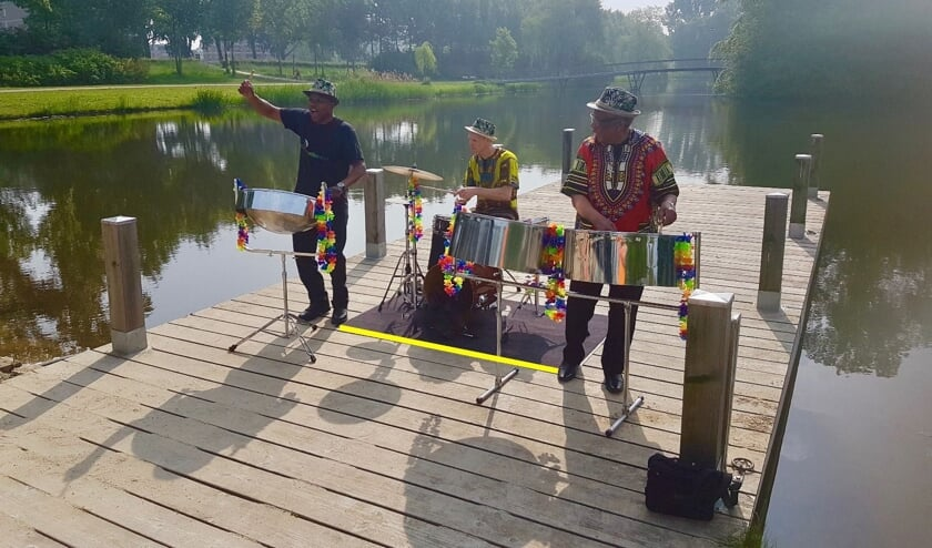 De Livesteelband treedt op in de Theresiakapel in Hem.