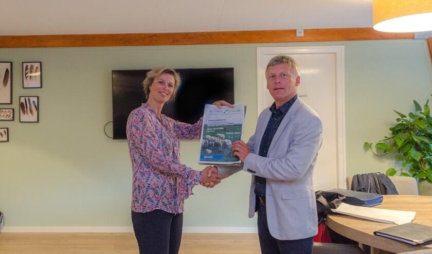 Het jubileummagazine werd 6 juni overhandigd aan de voorzitter Tom van Roon van de Rabobank.