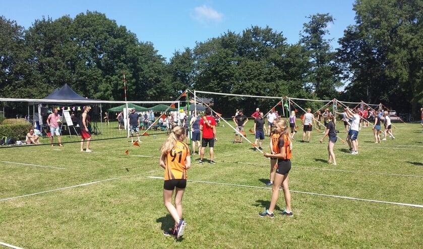 Volleybalvereniging Simokos houdt haar jaarlijkse buitentoernooi op het voormalige Forever Young-terrein.