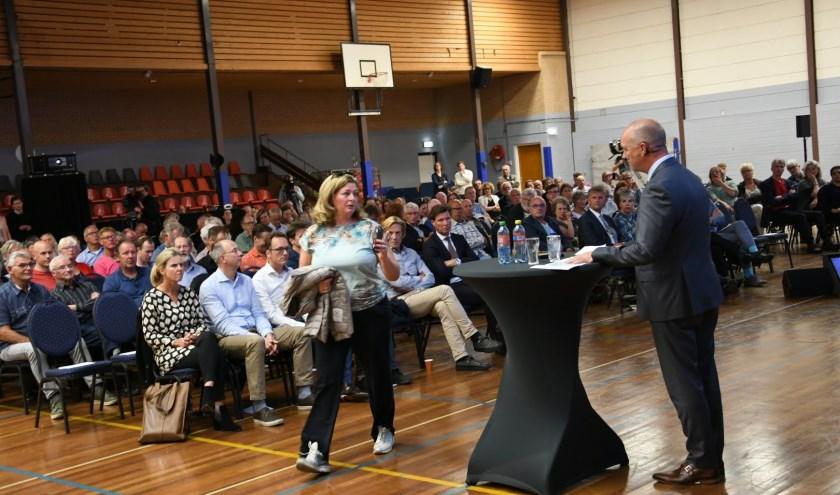 Een boze bewoonster loopt weg zodra Tata-directeur Van den Berg het woord neemt.