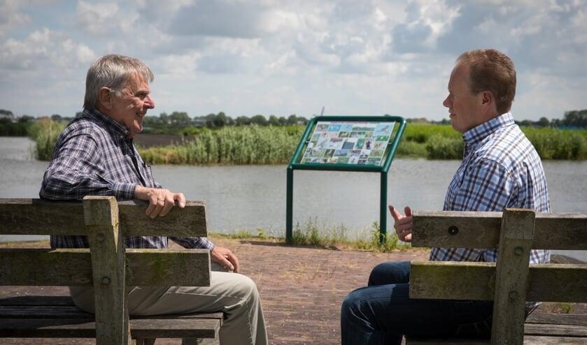 Gijs Schram en Wouter van Assendelft, bij een van de infoborden die de SPTL in Langedijk heeft geplaatst.