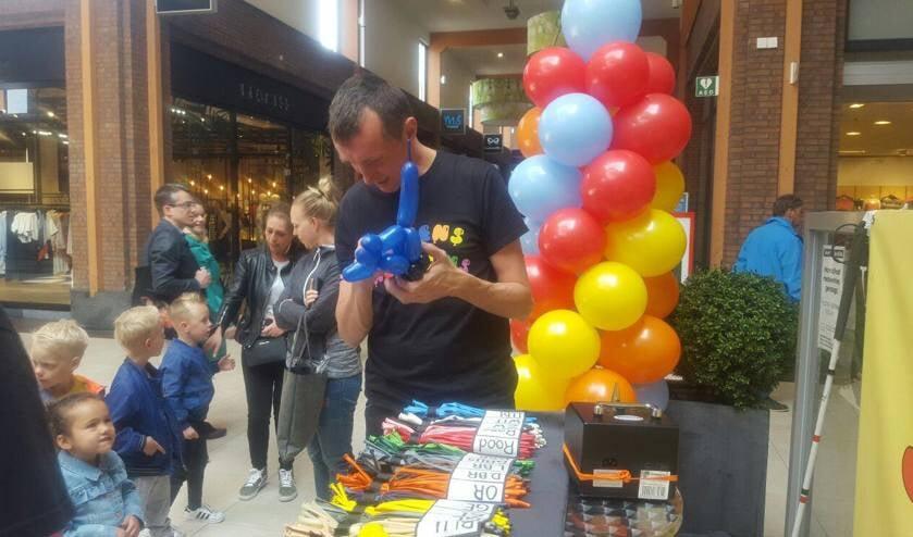 Kinderen staan in de rij om een leuke balloncreatie van Jeroens Balloons te krijgen.