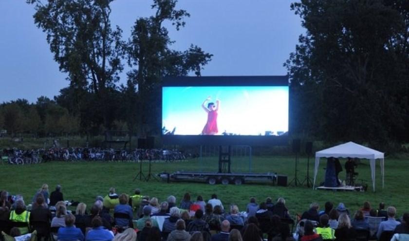 Genieten van de film en de open lucht.