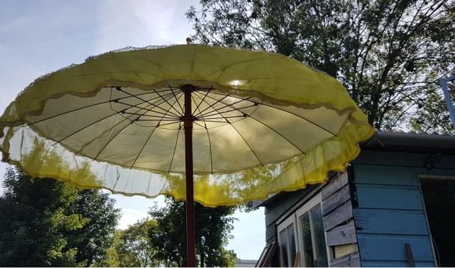 Met een leuks tofje kun je een kapotte parasol 'upcyclen'.