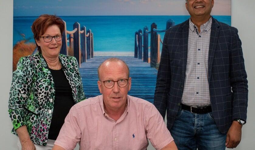Voorzitter van de stichting Ad Hoefkens (midden), secretaris Toos van der Kamp en notaris Rajesh Gopisingh.