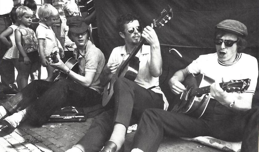 Gitaristen uit 1970 staan van links naar rechts Jos van Buggenum, Paul Marselje en Hans Invernizzi. Het marktoverzicht laat een van de eerste drie kunstmarkten in 1970 op de Oostkolk zien. Daarna verhuisde de markt naar de Westkolk, waar die nog altijd plaatsvindt.