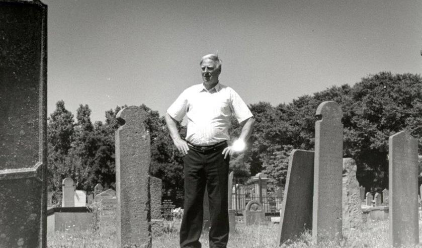 Joop Hoffman op 7 juli 1993 poserend op de algemene begraafplaats.